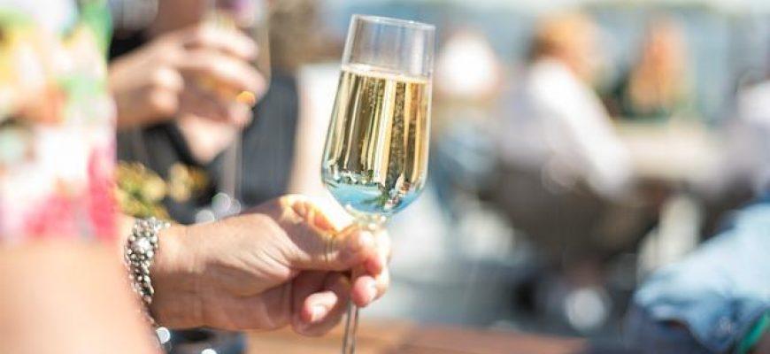 מתכננים הרמת כוסית לפסח? לנו יש את המגשי אירוח בשבילכם!